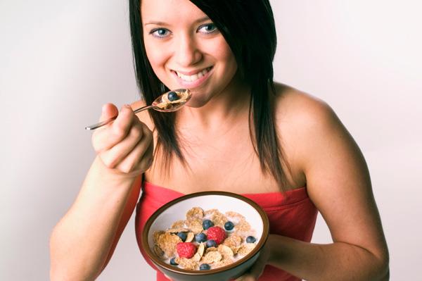 GIRL EATING HEALTY KARIMDAVID.COM